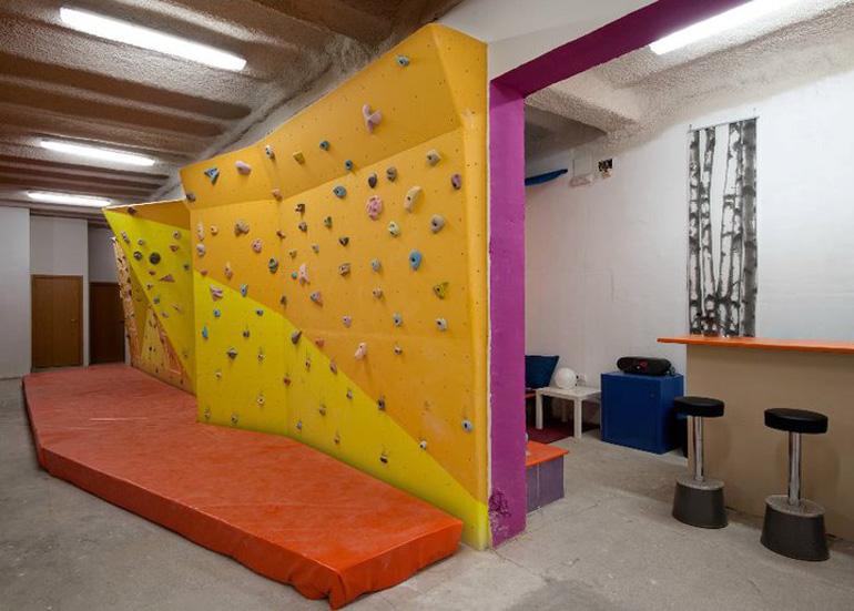 tarrag pan d 39 escalade en bois mur en r sine dans la plus grande salle d 39 escalade de madrid. Black Bedroom Furniture Sets. Home Design Ideas